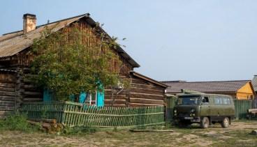 Holzhaus mit russischen Transporter UAZ