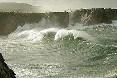Bufones de Pria en Guadamía Llanes con la mar brava