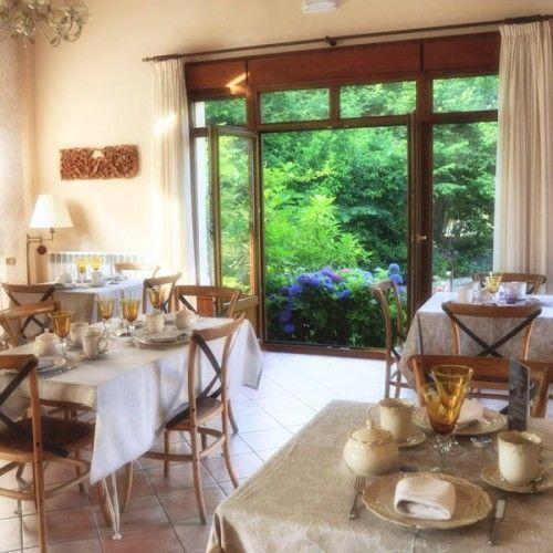 Nuestros importantes y famosos desayunos con vistas a nuestro jardín en cálida atmosfera de nuestro acogedor salón