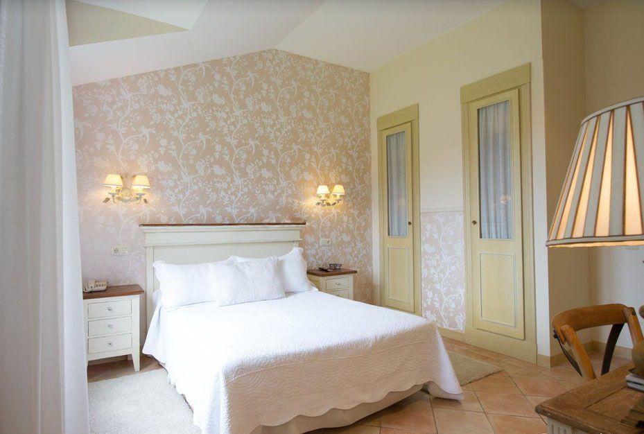 Habitación con vistas al jardín y bañera hidromasaje en Hotel Arpa de Hierba Llanes
