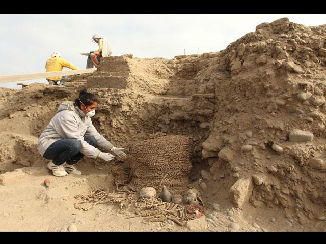 Descubren tumba de mil años con restos de adulto y niño Wari en Huaca Pucllana