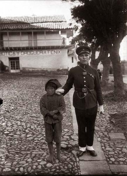 Martin-Chambi-Policia-Arrestando-a-un-Nino