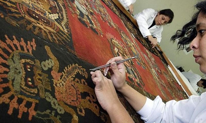 Museo de Arqueología alista muestra de mantos paracas repatriados desde Suecia