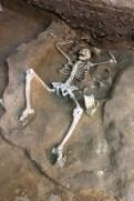 Tumba del orfebre La tumba del orfebre, situada a 1,5 metros de profundidad de la superficie actual, contenía los restos mortales de un hombre de entre 25 y 30 años de edad en posición extendida y con la cabeza orientada hacia el sur. Foto: Go Matsumoto, Yamagata University