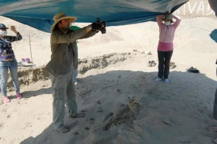 Con el apoyo de National Geographic, Gabriel Prieto, arriba, y John Verano, abajo, han pasado varias temporadas excavando el sitio de sacrificios de Las Llamas. FOTO DE JOHN VERANO