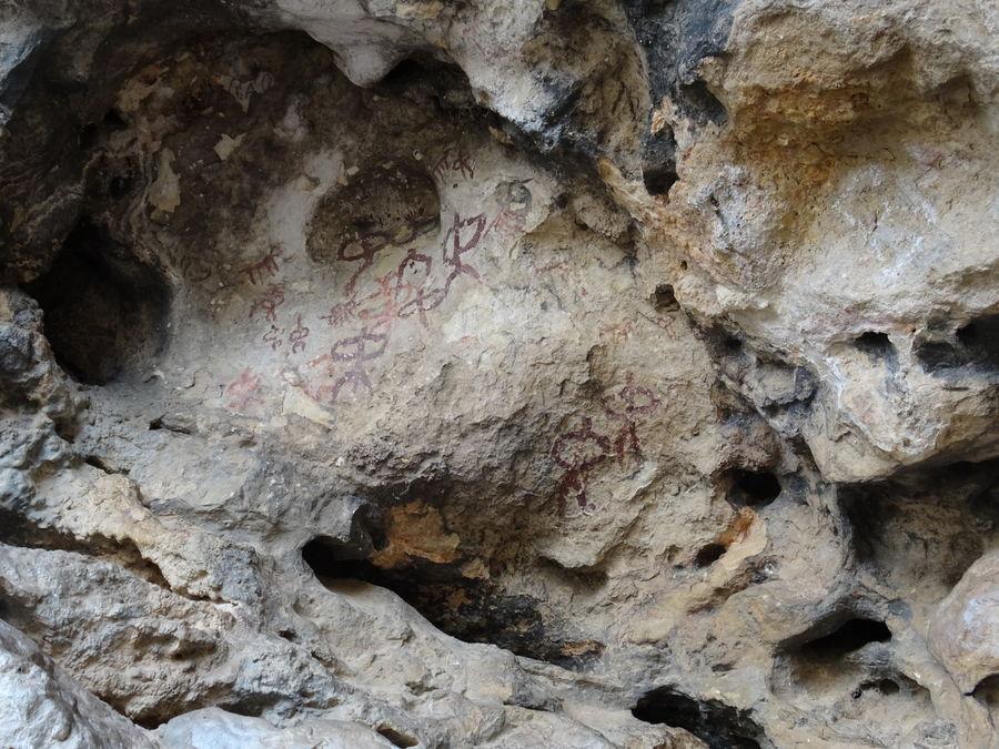 Cueva de la graja. Figuras antropomorfas en panel restuarado