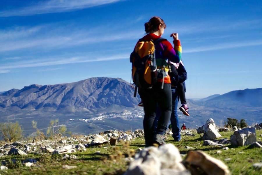 Familias caminando en paisaje idílico