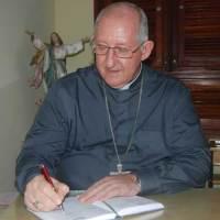 Arcebispo-assinando-300