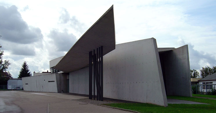Vitra_fire_station,_full_view,_Zaha_Hadid