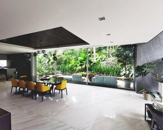 Puerta corredera con vidrio de gran dimensión y perfil de aluminio serie COR-Vision Plus