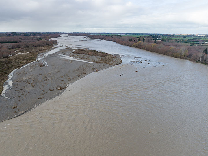 """Looking downstream to the """"Golf Links"""" island - this seems to have lost quite a bit of area - it is an island which we have wanted gone, it has mature weed and trees. Unfortunately the river is definitely not going to be going around it."""