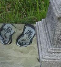 Dilarangkah Memakai Sandal di Kuburan?