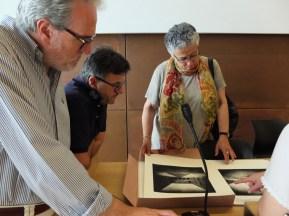8 Maria Donata esamina alcume opere di fotografia stenopeica con Pelagagge e Gabbrielli
