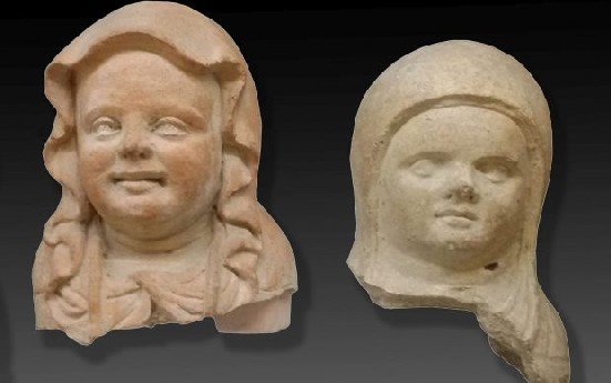 statue votive etrusche raffiguranti teste di neonati in fasce