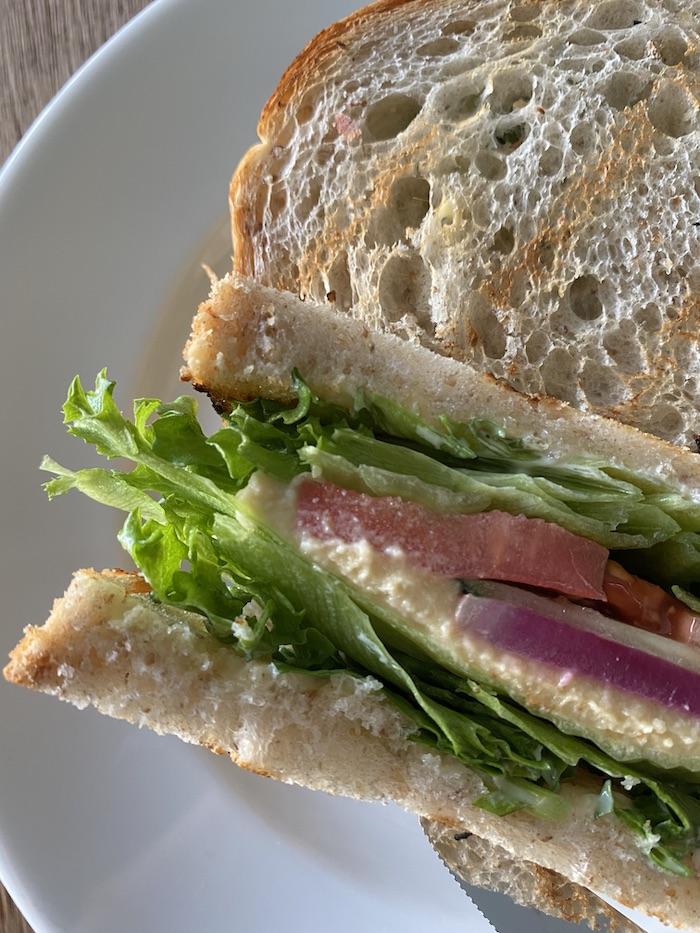 フムスとお野菜のベジタブルトーストサンドイッチレモン添え 断面