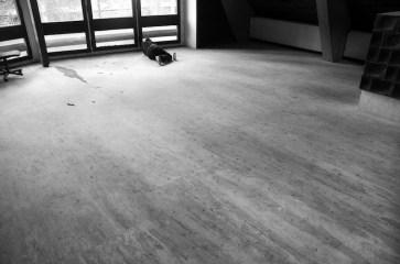Plateau Project, 2014, m 10x10, disegno a pavimento, carboncino, grafite e polvere su linoleum. Progetto realizzato durante una residenza d'artista presso l'ex villaggio Eni di Borca di Cadore, a cura di Gianluca D'Incà Levis Courtesy. Progetto Borca e Dolomiti Contemporanee