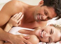 casal-feliz-sorri-na-cama