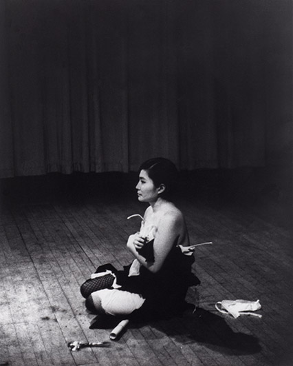 IMG_Yoko_Ono_Cut_Piece_1965
