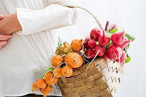 Escoger frutas y verduras en el mercado
