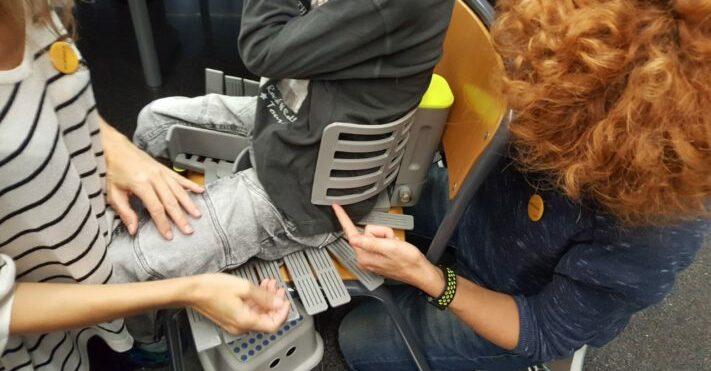 Fisioterapeutas moldeando con nuestro asiento pélvico sobre el usuario