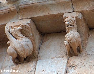 Canecillos con esculturas de un estupendo grifo y un león