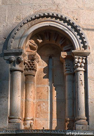 Santa María de Siones: uno de los tres ventanales del ábside