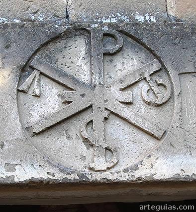 Crismón tallado sobre la puerta de la iglesia