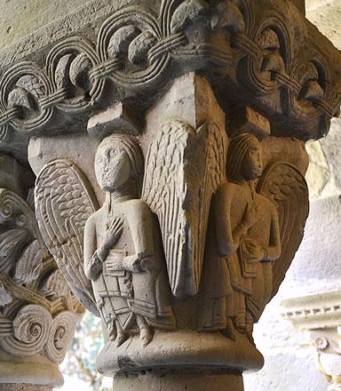 Capitel con ángeles de enormes alas