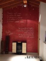 Citazioni di Coelho su parete cangiante rosso perlato.