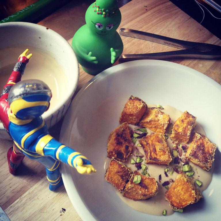 zucca croccante con salsa di sesamo e pistacchi