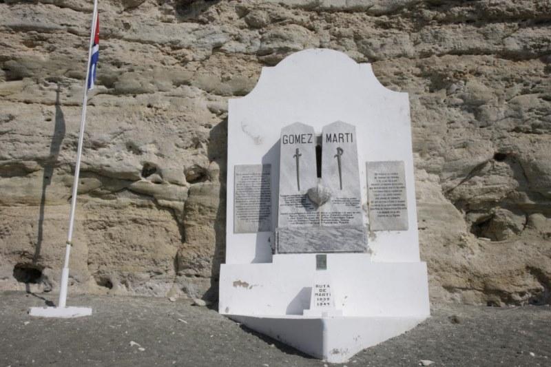 Monumento Nacional Playita de Cajobabo realizado entre los años 1928 y 1929 por los miembros de una sociedad de masones y se encuentra adosado a un farallón. [800x600].jpg