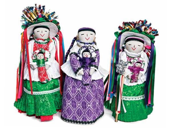 9862c588ab557 Muñecas mazahuas con el traje tradicional de enagua bordada y el sombrero  que se utiliza en la danza de las pastoras. Colección Angélica Tijerina.