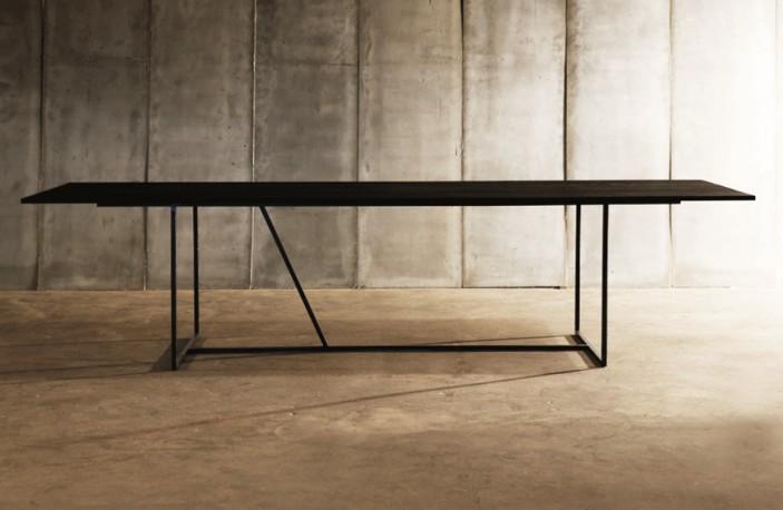 La Table W Est Ralise En Mtal Noir Bross Pour La