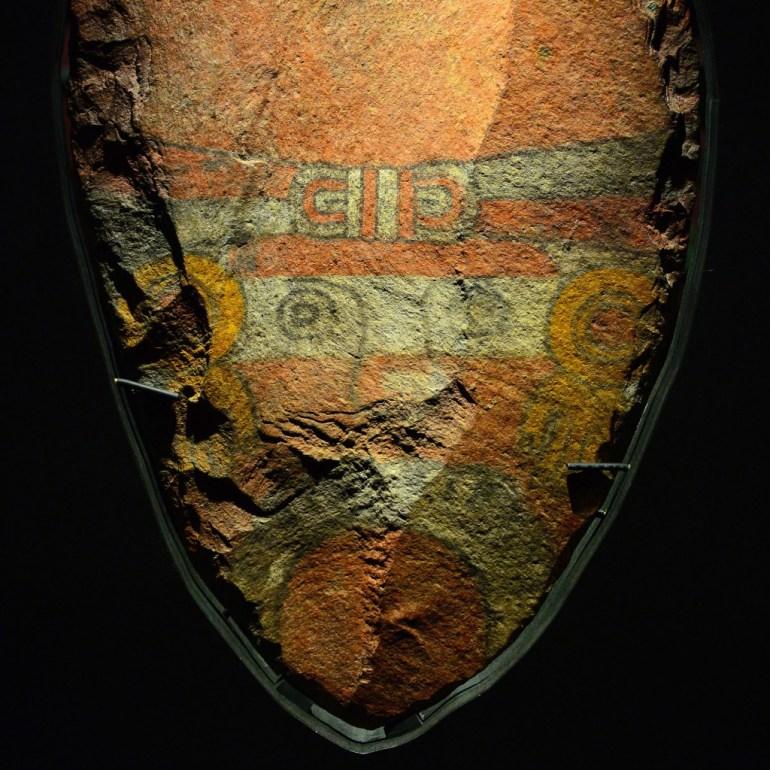 Detalle de pintura de cuchillo de sacrificio monumental. Foto Héctor Montaño INAH
