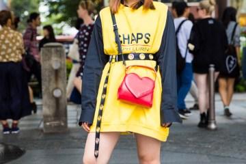 Trendy Dengan Paduan Busana Kuning Hitam Dan Sepatu Bot Hitam