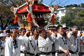 Tradisi Membawa Dewa Yang Disebut Mikoshi
