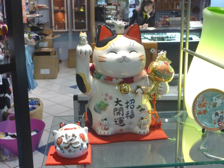 Maneki Neko Sebuah Jimat Keberuntungan Berbentuk Kucing