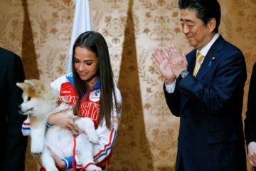 Jepang Berikan Anjing Akita Kepada Atlit Muda Rusia Alina Zagitova