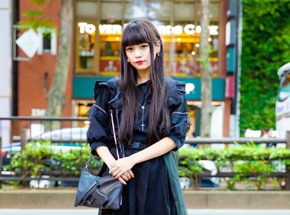 Kae Dalam Fashion Jepang Serba Hitam Dengan Merry Jenny, Vivienne Westwood & Alice Black
