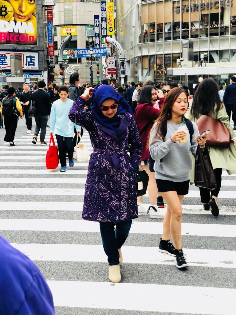 Titin Faradju Padukan Sulam Usus Lampung Dengan Harajuku Style Di Shibuya Jepang (3)