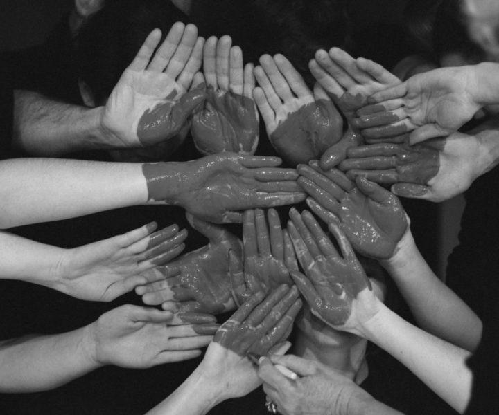 Le coaching d'équipe par l'art pourrait bien être la technique dont vous rêviez pour amener une équipe à se dépasser. Le processus artistique permet un lâcher-prise qui donne à voir les fonctionnements individuels et collectifs. L'équipe qui en prend conscience peut alors décider de les amplifier ou de les modifier.