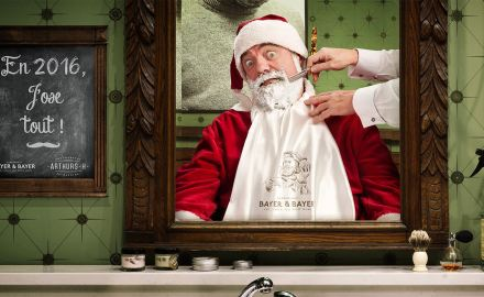 Photographe publicitaire : portrait photo du père Noël chez le barbier