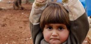 bambina-guerra-mani-alzate-20150331161505