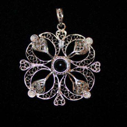 ciondolo in filigrana d'argento double face, un lato con centrale pietra turchese un lato con granato, diametro cm 4