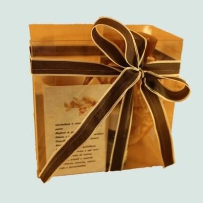 Set diffusore aroma cirmolo comprendente troncheto in legno di cirmolo per contenere trucioli di legno di cirmolo, sacchettino di trucioli di legno di cirmolo, bottiglietta di essenza di cirmolo. Misure cofanetto cm 14x14x8