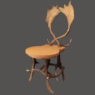 sedia con seduta in legno di abete base con corna di cervo e schienale con corna di daino