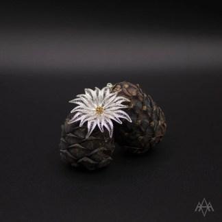ciondolo in filigrana d'argento raffigurante un fiore di stella alpina con cristalli Swarovski – cm 3.7