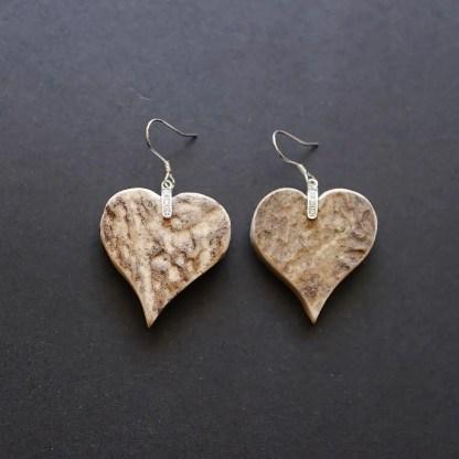 orecchini con cuore in corno di cervo e montatura in argento