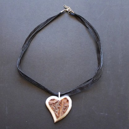 collana in organza con ciondolo a cuore in corno di cervo e montatura in argento