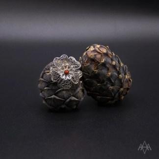spilla fiore doppio in filigrana d'argento con corallo